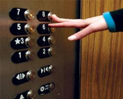 Детскую коляску на 6-м этаже зажал лифт