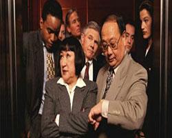 Чем объясняется странное поведение человека в лифте?