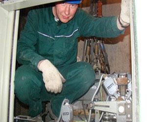 Л. Черкесов проверил, как проходит модернизация лифтов в многоквартирных домах